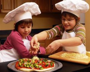2 kids making pizza (Small)